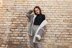 Η μοντέρνη αρκετά νέα γυναίκα στο εκλεκτής ποιότητας γκρίζο παντελόνι σε ένα καθιερώνον τη μόδα σακάκι άνοιξη καρό σε μια καθιερώ στοκ εικόνα με δικαίωμα ελεύθερης χρήσης