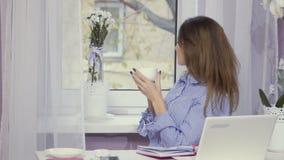 Η μοντέρνη γυναίκα πίνει τον καφέ στη μικρή διακοπή απόθεμα βίντεο