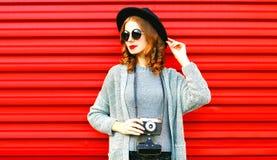 Η μοντέρνη γυναίκα πορτρέτου φθινοπώρου πορτρέτου κρατά την αναδρομική κάμερα στοκ εικόνα με δικαίωμα ελεύθερης χρήσης