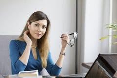 Η μοντέρνη επιχειρησιακή γυναίκα στην αρχή κρατά τα γυαλιά Στοκ φωτογραφίες με δικαίωμα ελεύθερης χρήσης