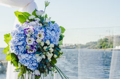 Η μοντέρνη, μοντέρνη τελετή γαμήλιων αψίδων που διακοσμούνται με μπλε και το λευκό διαφορετικό ανθίζουν floral απεικόνιση σχεδίου Στοκ φωτογραφίες με δικαίωμα ελεύθερης χρήσης