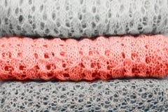 Η μοντέρνη πλεκτή κρητιδογραφία χρωμάτισε τα πουλόβερ και ένα στο χρώμα του έτους 2019 που διπλώθηκε στο σωρό E στοκ εικόνες με δικαίωμα ελεύθερης χρήσης