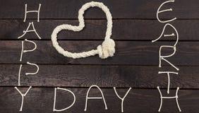 Η μορφή καρδιών με το σχοινί Ευτυχής γήινη ημέρα Στοκ εικόνες με δικαίωμα ελεύθερης χρήσης