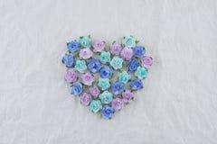 Η μορφή καρδιών που έγινε από τον μπλε τόνο αυξήθηκε λουλούδια εγγράφου Στοκ Εικόνα
