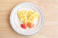 Η μορφή καρδιών της Apple είναι στο πιάτο Στοκ φωτογραφία με δικαίωμα ελεύθερης χρήσης