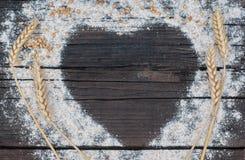 Η μορφή της καρδιάς αποτελείται από το αλεύρι Στοκ Φωτογραφίες