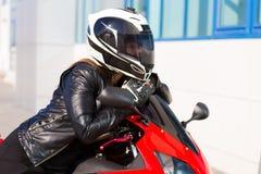 Η μοτοσικλέτα, γυναίκα, μαύρο σακάκι, κράνος, κλείνει επάνω Στοκ φωτογραφία με δικαίωμα ελεύθερης χρήσης