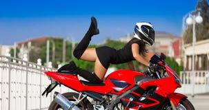 Η μοτοσικλέτα, γυναίκα, μοναδική θέτει, κράνος Στοκ φωτογραφία με δικαίωμα ελεύθερης χρήσης