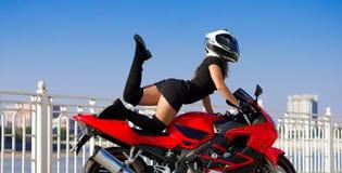 Η μοτοσικλέτα, γυναίκα, μοναδική θέτει, κράνος Στοκ Φωτογραφία