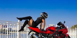 Η μοτοσικλέτα, γυναίκα, μοναδική θέτει, κράνος Στοκ εικόνα με δικαίωμα ελεύθερης χρήσης