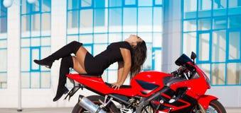 Η μοτοσικλέτα, γυναίκα, μοναδική θέτει Στοκ φωτογραφία με δικαίωμα ελεύθερης χρήσης