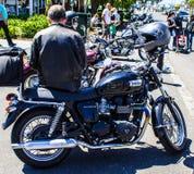 Η μοτοσικλέτα σε ένα αυτοκίνητο παρουσιάζει Στοκ Εικόνα