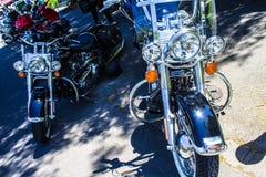 Η μοτοσικλέτα σε ένα αυτοκίνητο παρουσιάζει Στοκ Εικόνες