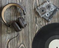 Η μουσικά κασέτα και το πιάτο ακουστικών εξοπλισμού ακουστικά Στοκ φωτογραφία με δικαίωμα ελεύθερης χρήσης