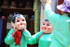 Η μουσική επίδειξη στο μικρό χωριό με έναν χορευτή μασκών σε Suz Στοκ Φωτογραφία