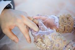 Η μουσουλμανική νύφη φορά το νεόνυμφο δαχτυλιδιών στοκ εικόνες