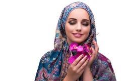 Η μουσουλμανική γυναίκα με το λουλούδι ορχιδεών που απομονώνεται στο λευκό Στοκ φωτογραφία με δικαίωμα ελεύθερης χρήσης