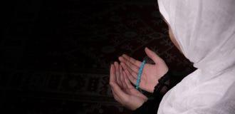 Η μουσουλμανική γυναίκα προσεύχεται στο μουσουλμανικό τέμενος Στοκ Εικόνες