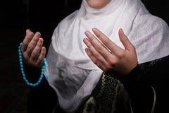 Η μουσουλμανική γυναίκα προσεύχεται στο μουσουλμανικό τέμενος Στοκ φωτογραφία με δικαίωμα ελεύθερης χρήσης