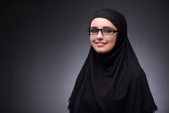 Η μουσουλμανική γυναίκα στο μαύρο φόρεμα στο σκοτεινό κλίμα Στοκ φωτογραφία με δικαίωμα ελεύθερης χρήσης