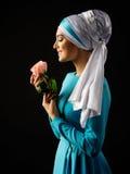 Η μουσουλμανική γυναίκα στο μπλε φόρεμα με αυξήθηκε Στοκ Εικόνες