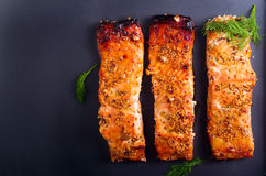 Η μουστάρδα και το μέλι βερνίκωσαν την ψημένη salmons λωρίδα Στοκ Εικόνες