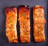 Η μουστάρδα και το μέλι βερνίκωσαν την ψημένη salmons λωρίδα Στοκ φωτογραφία με δικαίωμα ελεύθερης χρήσης