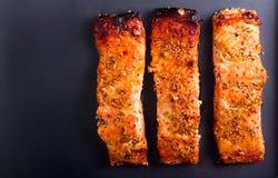 Η μουστάρδα και το μέλι βερνίκωσαν την ψημένη salmons λωρίδα Στοκ Εικόνα