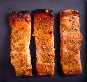 Η μουστάρδα και το μέλι βερνίκωσαν την ψημένη salmons λωρίδα Στοκ Φωτογραφίες