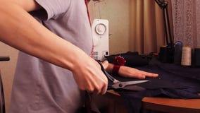 Η μοδίστρα αποκόπτει το ύφασμα Το κορίτσι κόβει το ύφασμα με το ψαλίδι Καρφίτσες πληγμάτων στο ύφασμα απόθεμα βίντεο