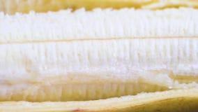Η μπανάνα ξεφλούδισε κατά το ήμισυ, σε αργή κίνηση πανόραμα