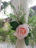 Η Μπανγκόκ Ταϊλάνδη, στις 10 Δεκεμβρίου 2018, όμορφα ρόδινα και άσπρα τεχνητά λουλούδια τύλιξε τις άσπρες κουρτίνες στοκ φωτογραφία με δικαίωμα ελεύθερης χρήσης