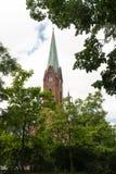 Η μπαρόκ εκκλησία Poutni kostel, Δημοκρατία της Τσεχίας που περιβάλλεται από τα δέντρα στο νεφελώδη καιρό στοκ φωτογραφίες
