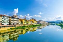 Η μπλε απεικόνιση ποταμών Arno ποτίζει και κτήρια στον περίπατο αναχωμάτων στο ιστορικό κέντρο της Φλωρεντίας στοκ εικόνα