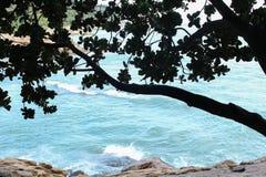 Η μπλε θάλασσα και ένας τοίχος πετρών στοκ εικόνες με δικαίωμα ελεύθερης χρήσης