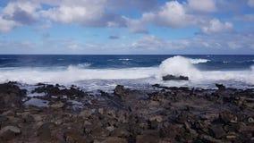 Η μπλε θάλασσα και οι καφετιοί βράχοι στοκ φωτογραφίες