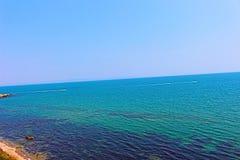 Η μπλε θάλασσα και ο ουρανός σε ένα από Chernomorets, Βουλγαρία, η Μαύρη Θάλασσα στοκ εικόνες