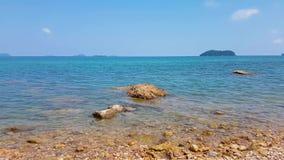 Η μπλε θάλασσα στη σαφή ημέρα απόθεμα βίντεο