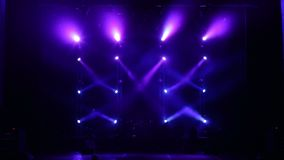 Η μπλε λάμψη ακτίνων διαδοχικά στη σκηνή στο σκοτάδι Κενή σκηνή συναυλίας απόθεμα βίντεο