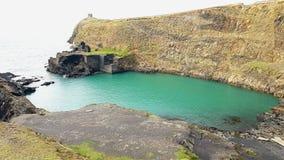 Η μπλε λιμνοθάλασσα Abereiddi's είναι παγκόσμιας ποιότητας για τα watersports, αλλά τους τραχιούς βράχους της και ruins Στοκ Φωτογραφίες