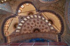 Η μπλε ο φωτισμός θόλων μουσουλμανικών τεμενών εσωτερικοί ανώτατοι όμορφοι διακοσμητικοί διακόσμηση και στο ιστορικό πλαίσιο αποκ Στοκ φωτογραφίες με δικαίωμα ελεύθερης χρήσης