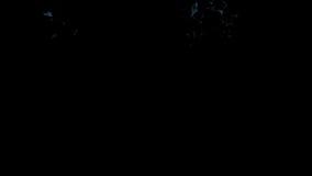 Η μπλε πυρκαγιά ξεσπά και εξασθενίζει μακριά, με την άλφα μάσκα απεικόνιση αποθεμάτων