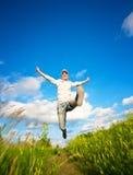 η μπλε Φανή που πηδά πέρα από τη γυναίκα ουρανού Στοκ Εικόνες