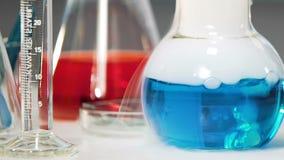 Η μπλε χημική ουσία με τον καπνό βράζει στο εργαστήριο, χημικό πείραμα απόθεμα βίντεο
