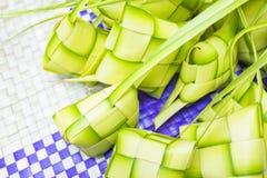 Η μπουλέττα Ketupat ή ρυζιού είναι μαλαισιανό πιό εικονικό πιάτο λιχουδιών κατά τη διάρκεια του eid Mubarak Στοκ Εικόνες