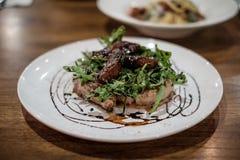 Η μπριζόλα μπριζολών χοιρινού κρέατος με τη σάλτσα της Apple, τρύγος κοιτάζει Στοκ Εικόνα