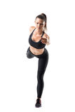 Η μπροστινή άποψη της νέας γυναίκας ικανότητας που κάνει το ραβδί γιόγκας θέτει την εξισορρόπηση σε ένα πόδι στοκ εικόνα