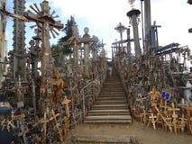 Η μπροστινή άποψη της σκάλας της αναρρίχησης επάνω στο Hill των σταυρών κοντά σε Siauliai σε Lithunia στοκ εικόνες