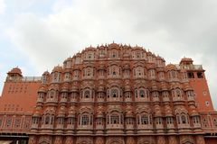 Η μπροστινή άποψη του παλατιού Hawa Mahal των ανέμων ή του αερακιού σε Jaip στοκ εικόνες με δικαίωμα ελεύθερης χρήσης