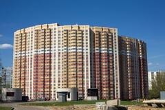 Η μπροστινή άποψη το κατοικημένο κτήριο τούβλου Στοκ εικόνα με δικαίωμα ελεύθερης χρήσης